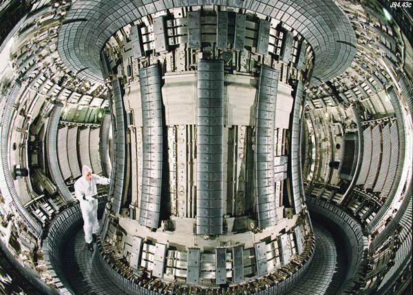 世界最大仿星器受控核聚变装置组装完成
