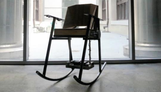 加州大学伯克利分校华裔生发明可以给手机充电的摇椅
