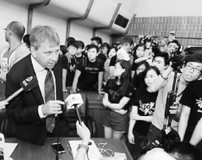 激进学生暴力冲击占领校委会 港大副校长任命事件持续发酵