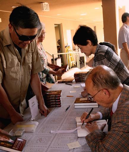 钱煦院士圣地亚哥新书签名会:回顾人生 -《学习、奉献、创造》