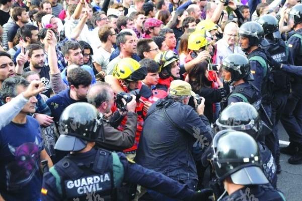 """从科索沃到加泰罗尼亚强行公投引骚乱,看西方的""""普世价值"""""""