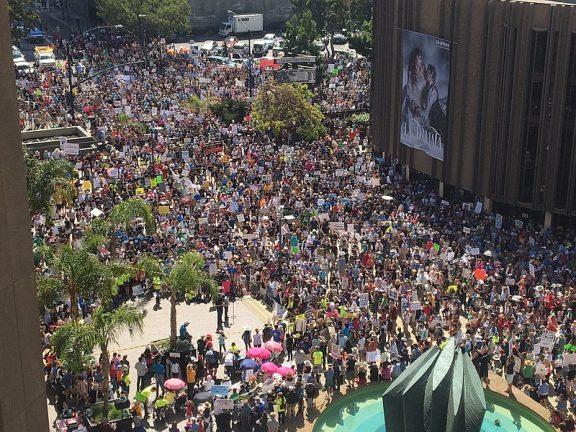 全球科学大游行 圣地亚哥一万五千人参与(图频)