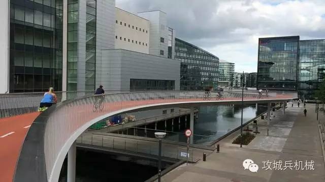 """""""四轮""""到""""两轮""""的回归:欧洲兴起封闭式自行车高速路"""