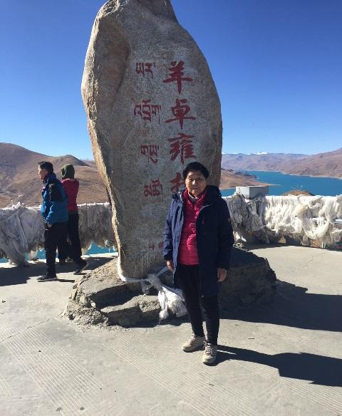 """为儿孙""""补课"""":八十多岁高龄的陈钧铭教授夫妇阖家组团访问西藏等地"""
