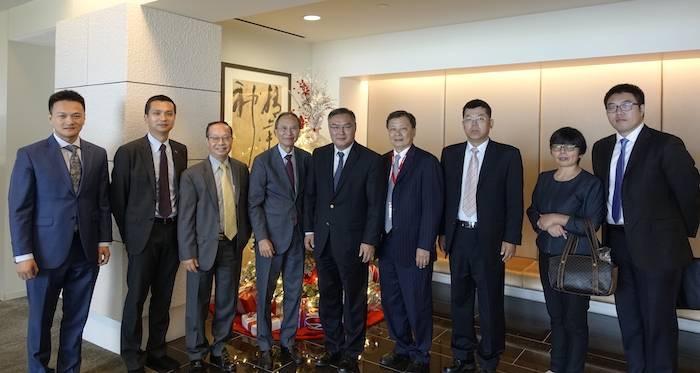 张平大使专程拜访国泰银行总行