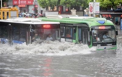 """中国城市""""涝灾""""几时休?!"""