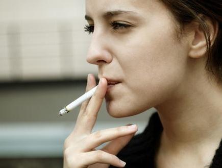 英国南安普敦大学、班戈大学最新研究:喝1瓶葡萄酒=吸5-10支烟